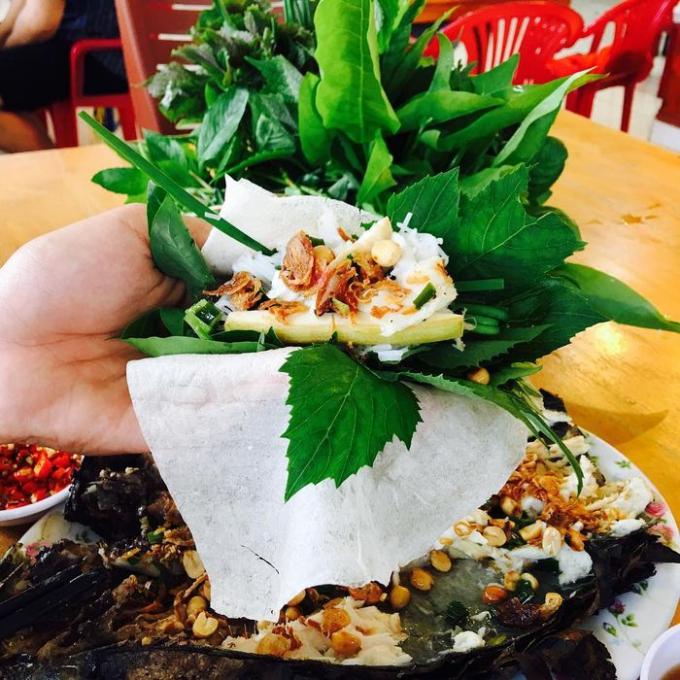 Bánh tráng cuốn miếng cá thơm nức mũi, ăn kèm bún tươi và rau thơm, ngon hết sẩy.