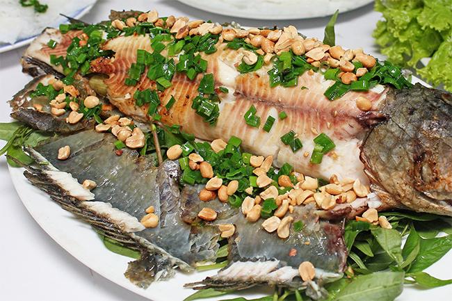 Xẻ cá,rưới mỡ hành đậu phộng lên làm cáthêm béo, thêm bùi lại càng đậm đà hơn.
