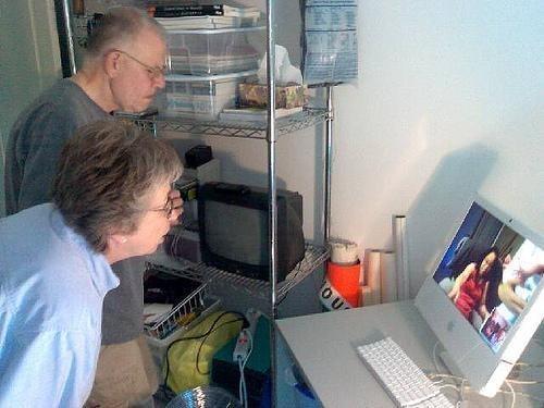 Người già đang say sưa với thế giới mà internet mở ra cho họ.
