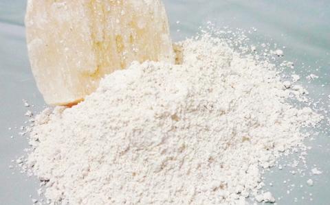 Cho thạch cao vào nồi nấu đậu thì váng đậu sẽ nổi lên nhanh hơn, lượng váng đậu thu về có thể tăng hơn gấp đôi.
