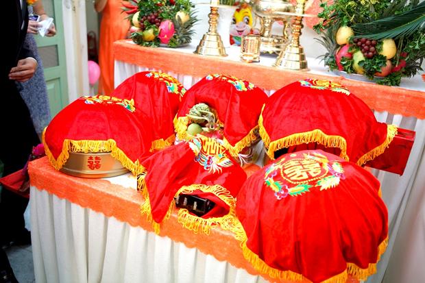 Trong đám cưới, tất cả các mâm tráp đều phải được phủ vải đỏ.