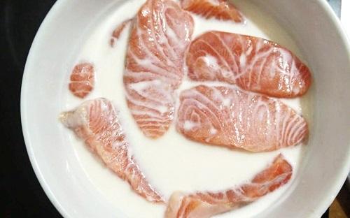 Rửa sạch cá, ngâm trong sữa 10 - 20 phút, chất casein trong sữa chống lại chất gây mùi tanh.