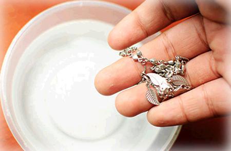 Đồ bạc và các đồ dùng sẽ trở nên sáng bóng như mới với sữa hết hạn.
