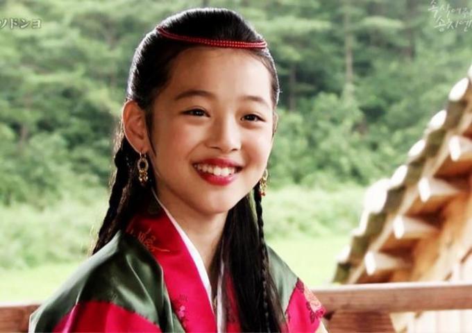 Sulli, vai công chúa Sun Hwa trong phimBài ca Seo-dong, năm 11 tuổi.