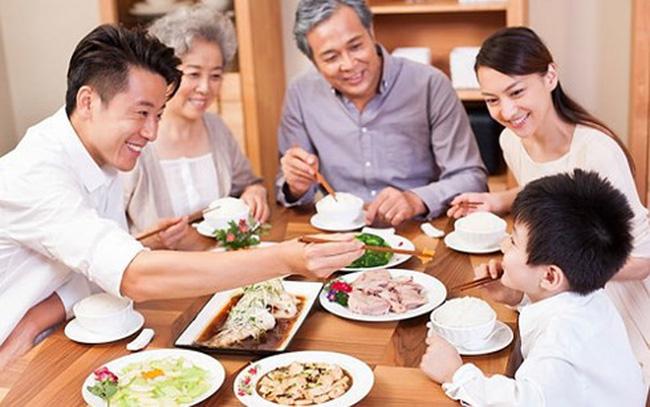 Một bữa cơm gia đình sẽ là món quà vô cùng ý nghĩa và khiến mẹ chồng cảm động.