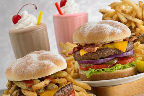 Ăn nhiều thực phẩm ngọt, béo gâynhiều tác hại cho sức khỏe.