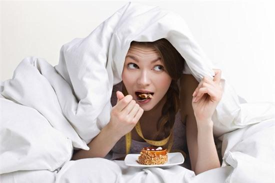 Ăn quá sớm hay quá muộn có thể ảnh hưởng đến giấc ngủ và bệnh tim mạch.