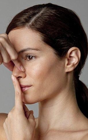 Bài tập này làm sống mũi cao, giúp mũi thẳng hơn.