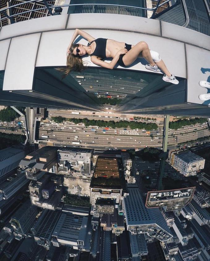 Cô gáiNga thích chụp ảnh trên tòa nhà cao tầng đã bịthương nặng.