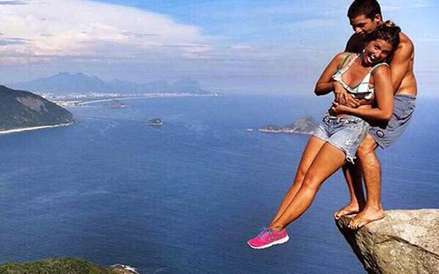 Cặp đôi không may bị ngã xuống vách đá hàng trăm mét trước mắt hai đứa con của họ.