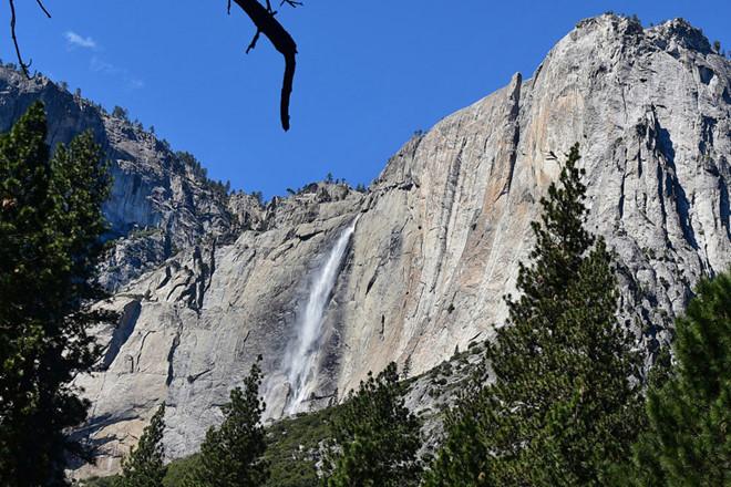 Tomer Frankfurterđang cố chụp hình tự sướng bên thác nước trong công viên Yosemite thì trượt chân té ngã từ độ cao 250m.