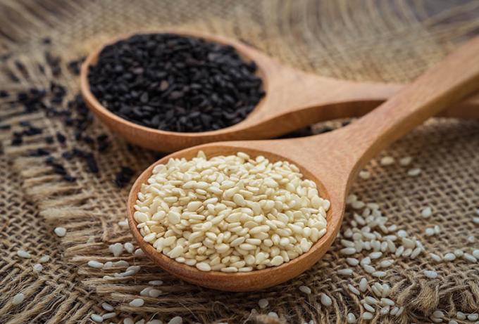 Trong 100g hạt mè chứa 8008mcg estrogen thảo dược dưới dạng lignan.