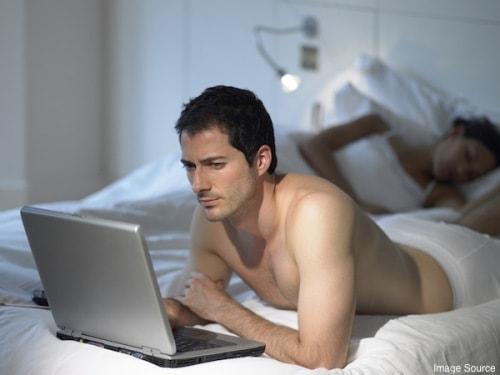 Mạng xã hội giúp nhiều người xa lạ dễ dàng kết nối với nhau hơn, do đó việc ngoại tình dễ xảy ra hơn.