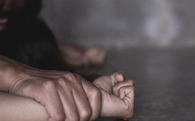 Người phụ nữ mới kết hôn được 5 tháng đã bị chồng nhờ bạn hiếp dâm, bắt quả tang để có cớ ly hôn.