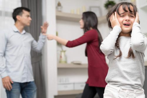 Cha mẹ ly hôn, con cái sẽ bị mất mát lớn về mặt tinh thần, bị tổn thương nhiều về tâm lý.