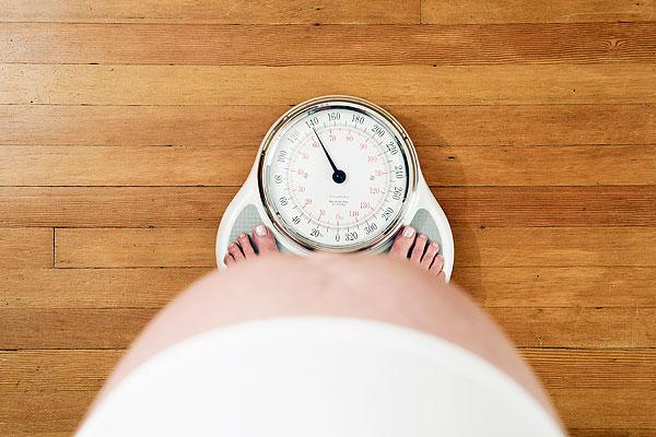 Nếu mỗi tuần mẹ bầu tăng tới 500gr thì bạn nên tới bệnh viện để xét nghiệm đạm niệu, kết quả lớn hơn 0.3 lít được xem là nhiễm độc thai nhi.