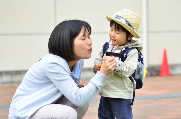 Khi nói chuyện với con đang tuổi mầm non, cha mẹ nên hạ mìnhngồi xuống.