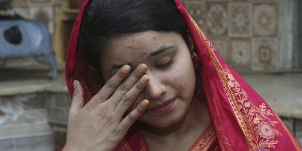 Mahek Liaqat, một phụ nữ Pakistan theo Công giáo kết hôn với một công dân Trung Quốc, đã khóc khi cô kể lại những thử thách trải qua - Ảnh: AP