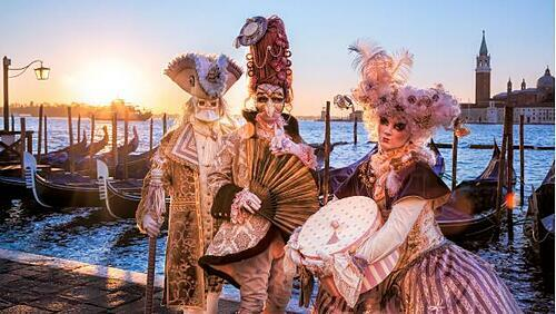 Khách tham quan có cơ hội hòa mình vào lễ hội carnival náo nhiệt tại ngày hội