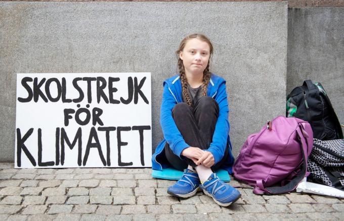Greta Thunbergtrước tòa nhà quốc hội Thụy Điển tại Stockholm, tháng 8 năm 2018.
