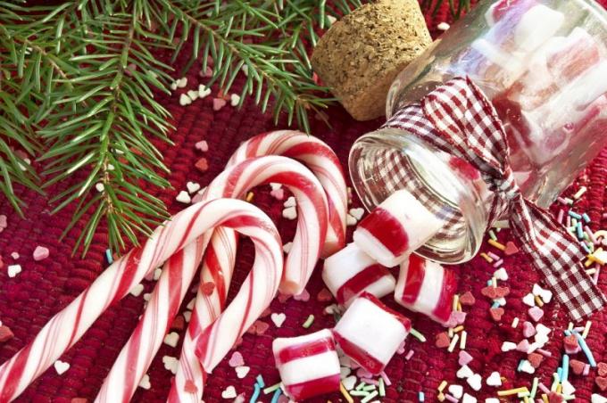 Mọi người thường ít biết đến nguồn gốc của những chiếc kẹo cây, mà chỉ biết rằng chúng rất ngon và có màu đỏ trắng.