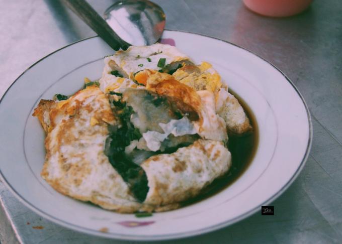 Ngoài vị ngọt của hẹ thì món còn lẫn thêm cái mằn mặn của tôm khô được trộn cùng.