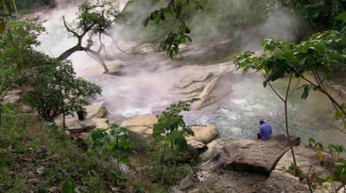 """Amazon cũng sở hữu một trong những con sông nóng nhất. Một con sông ở Amazon được gọi là """"Dòng sông sôi"""" vì nó đạt nhiệt độ lên tới 93 độ C. Cho đến ngày nay, các nhà khoa học vẫn chưa biết được điều gì đã khiến dòng sông này nóng đến như vậy."""