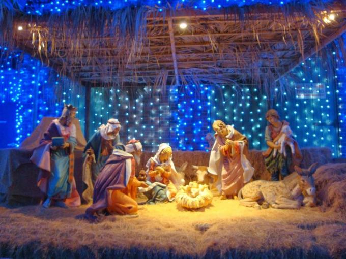 Câu chuyện về ngày sinh của Chúa Jesus được kể lại là: Chúa Jesus do Đức Mẹ Đồng Trinh tự nhiên mang thai mà sinh ra.
