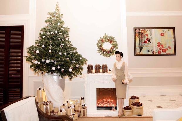 Hoa hậu Đền Hùng 1992 - Giáng My - cũng hòa chungkhông khí nhộn nhịp của mùa ngày lễ Giáng sinh. Cô khoe nhan sắc đẹp mặn mà bên cây thông Noel.