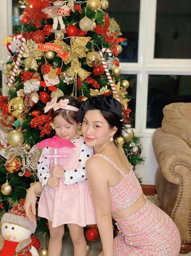 Á hậu Diễm Trang khoe không khí đón Giáng sinh tưng bừng cùng con gái. Sau khi kết hôn, cô dần rời xa showbiz Việt để chăm sóc tổ ấm.