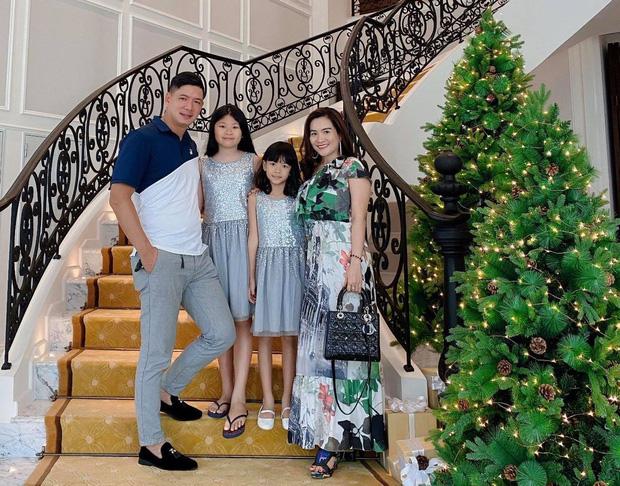 Gia đình Bình Minh xuống phố đón Noel, 2 cô con gái đã lớn phổng phao, thừa hưởng chiều cao từ cha.