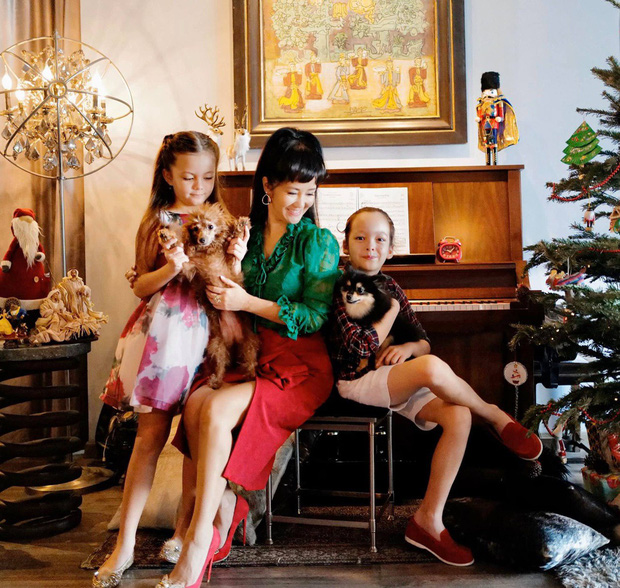 Hồng Nhung trang trí nhà cửa cùng Tôm và Tép đón Giáng sinh.