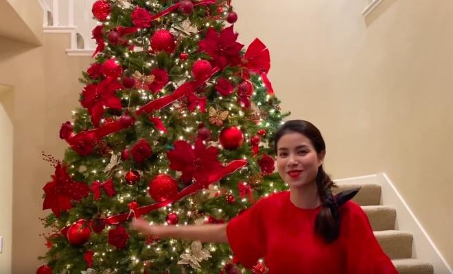 Phạm Hươngcho hay năm nay,cô đónGiáng sinhở Mỹ. Trên trang cá nhân, hoa hậu chia sẻ hình ảnh cô tự tay trang trí cây thông ở phòng khách. Cây thông này cao hơn 4m và chiếm một không gian khá lớn trong căn biệt thự.