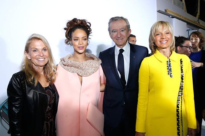 Rihanna vàchủ tịchLVMHBernard Arnault (thứ hai từ phải) tại Paris tháng 10/2015.