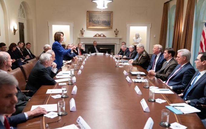 Chủ tịch Hạ viện Nancy Pelosichỉ tay vào Tổng thống Trumptrong cuộc họp thảo luận về việc rút lực lượng Mỹ khỏi Syria tại Nhà Trắng ngày 16/10. Ảnh:White House