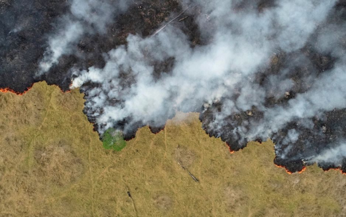 Khói bốc lên từđám cháy rừng Amazonở bang Rondonia, Brazil, ngày 24/8. Ảnh:Ueslei Marcelino/Reuters