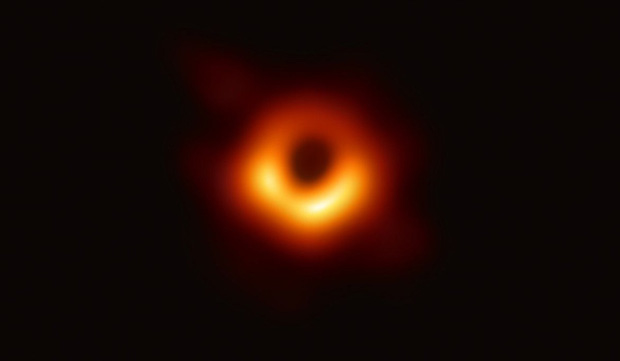 Vào tháng 4/2019, sử dụng Kính thiên văn Chân trời sự kiện, các nhà thiên văn học đã chụp được hình ảnh hố đen, một trong những bí ẩn lớn nhất của vũ trụ. Nhóm nghiên cứu đã sử dụng 8 đài quan sát vô tuyến để thu được vòng ánh sáng xung quanh lỗ đen, nằm ở trung tâm của thiên hà Messier 87, cách Trái Đất 55 triệu năm ánh sáng.