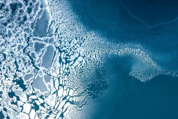 Khung cảnh băng tan ở vùng biển phía đông Greenland được chụp bởi nhiếp ảnh gia Florian Ledoux. Mức độ tuyết che phủ thấp vào mùa đông, cùng với ảnh hưởng của sóng nhiệt vào mùa xuân và mùa hè khiến dải băng Greenland tan chảy với tốc độ kỷ lục trong năm nay.