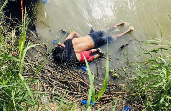 Thi thểcủa Oscar Alberto Martinez Ramirez, một người di cư El Salvador, và con gái gần 2 tuổi Valeria, dạt vào bờ sông Rio Grande ở Matamoros, Mexico, ngày 24/6 sau khi họ vượt biên bất thành sang lãnh thổ Mỹ. Ảnh:Julia Le Duc/AP