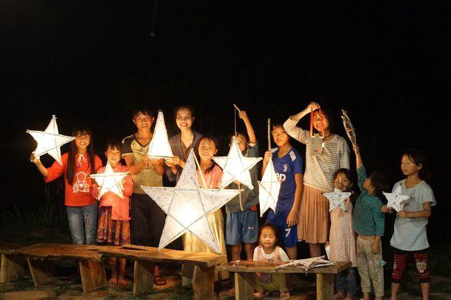 Tâm An tự tay làm đèn trung thu cho trẻ nhỏ trong bản nơi cô ở.