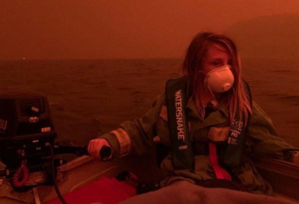 Cậu bé Finn đeo khẩu trang, mặc áo phao điều khiển chiếc thuyền máy lênh đênh trên biển, phía sau cậu là bầu trời ban ngày đỏ như máu. Finn cho biết khi đó cậu rất sợ hãi nhưng vui mừng vì gia đình được an toàn.