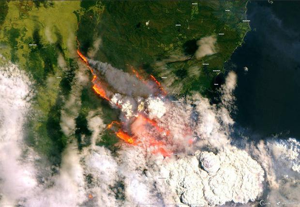 Vệ tinh của Cơ quan Vũ trụ châu Âu cho thấytừng thị trấn bị san phẳng, khói vươn cả lên các đỉnh núi cao.
