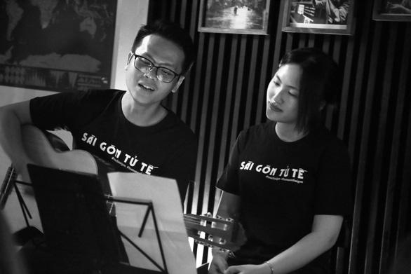 Nhạc sĩ Hồ Tiến Đạt và Nguyên Hà hát ca khúc