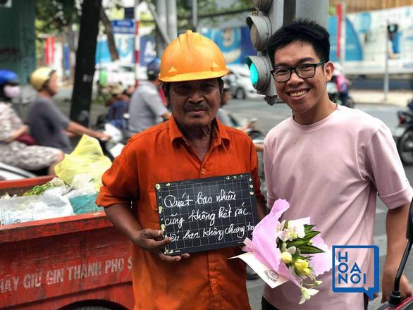 """Nguyễn Hồng Việt tặng """"hoa nói"""" cho công nhân vệ sinh."""