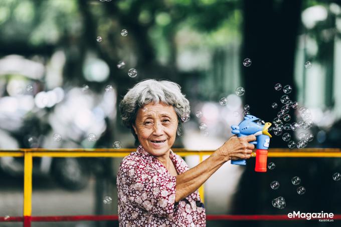 Nụ cười hồn hậu của người phụ nữ nghèo chi mỗi tháng vài triệu để nuôi chim trời.