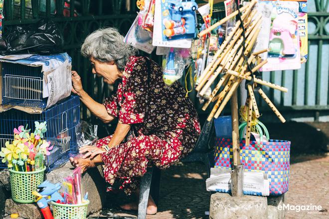 Dì Năm bán đồ chơi trẻ em trước cổng ThảoCẩm Viên.