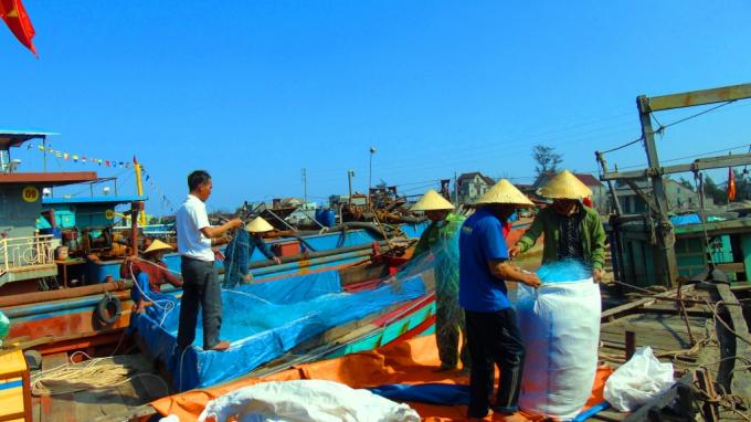 Người dân đang tất bật chuẩn bị sắm sửa lưới cho một chuyến buông lưới đầu năm.