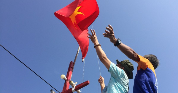 Các ngư dân cũng thay cờ Tổ quốc mới để khích lệ tinh thần, đánh bắt được nhiều hải sản.