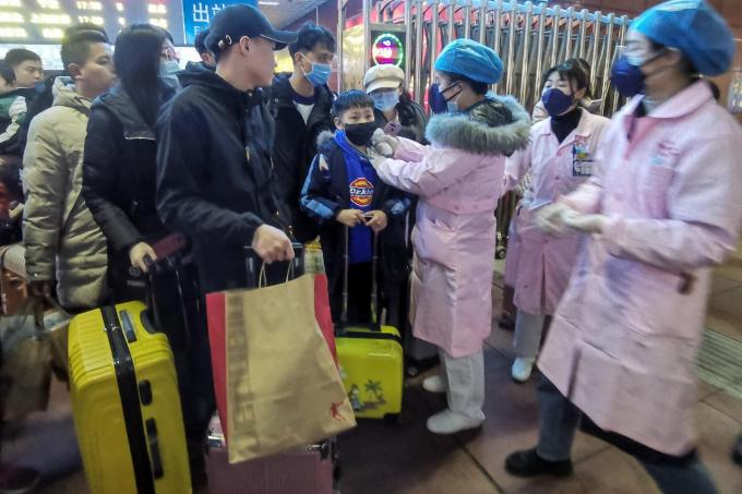 Đội ngũ y tế ở tâm dịch Vũ Hán đang phải hy sinh sức lực và thời gian cá nhân của mình để chăm sóc và chữa trị cho các bệnh nhân.