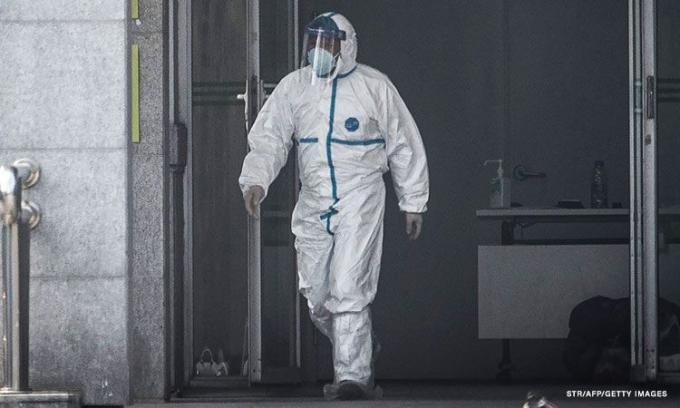 Các bác sĩ phải hạn chế đi vệ sinh bởi họ lo sợ sẽ phải cởi bỏ bộ đồ hazmat (đồ khử nhiễm bảo hộ) bởi số lượng của mỗi bộ đồ này là rất hạn chế.